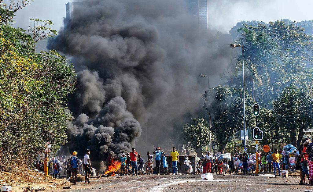 W RPA nie słabną zamieszki po uwięzieniu byłego prezydenta Jacoba Zumy, Johannesburg 12.07.2021