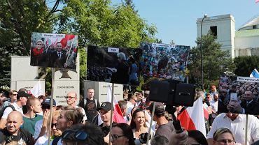 Nie chcą nosić maseczek, nie wierzą w koronawirusa. Znów protestują w Warszawie, na czele z Braunem i Tanajno