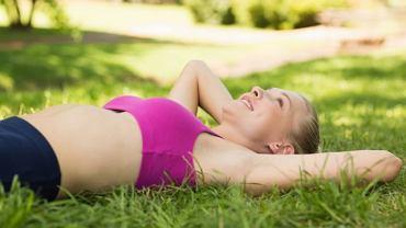 Trening Jacobsona polega na naprzemiennym napinaniu i rozluźnianiu mięśni kolejnych partii ciała. A dokładniej?