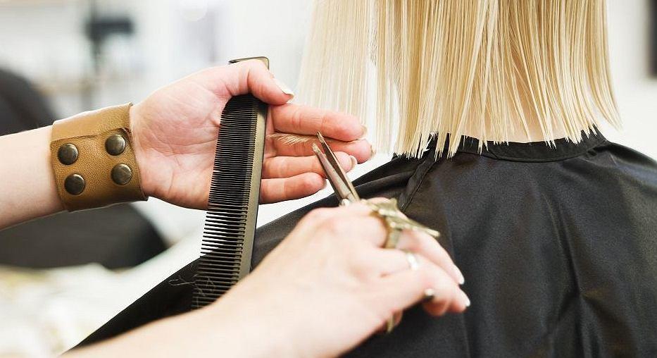 Odmładzające fryzury dla 60 latek. Hitowe cięcia, w których będziesz wyglądać jak milion dolarów (zdjęcie ilustracyjne)