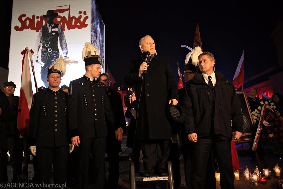 'Człowiek z drabinki' - prezes PiS Jarosław Kaczyński przemawia podczas obchodów kolejnej miesięcznicy smoleńskiej. Warszawa, 10 listopada 2014