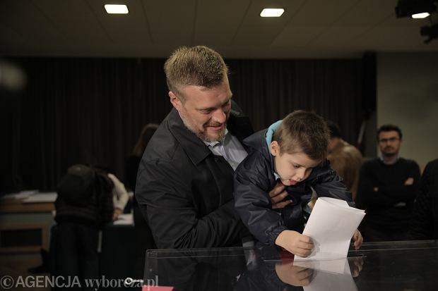 Adrian Zandberg podczas głosowania w Warszawie
