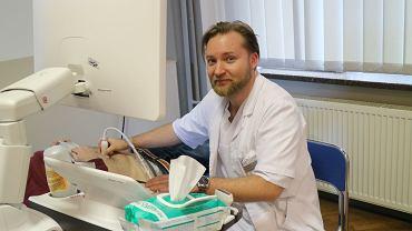 Dr Sławomir Wojczyk z Wojewódzkiego Szpitala Specjalistycznego nr 4 w Bytomiu podczas bezpłatnych badań USG