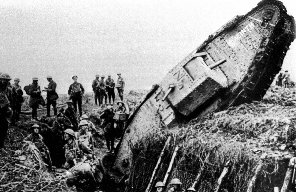 Brytyjski czołg Mark IV wpada do okopu w Ribecourt la Tour przy Cambrai