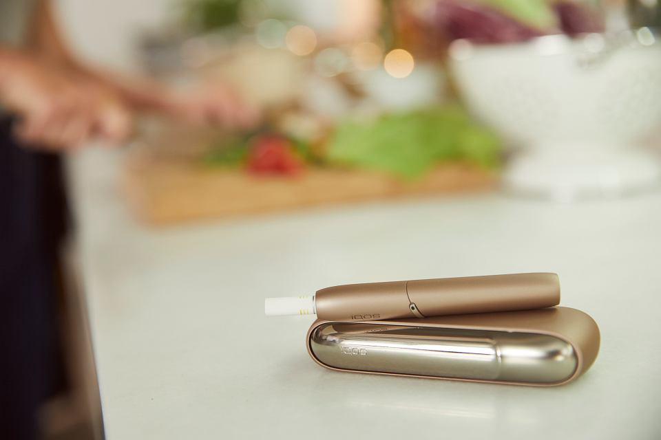 Od niedawna w Polsce dostępna jest najnowsza generacja IQOS - IQOS 3 i IQOS 3 Multi. Urządzenie jest łatwe w obsłudze. Ma mniejsze wymiary, szybsze ładowanie i wydłużony czas pracy baterii. Konstrukcja IQOS 3 Multi jest kompaktowa.