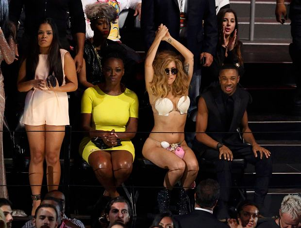 Lady Gaga (2nd R) dances to Justin Timberlake's performance during the 2013 MTV Video Music Awards in New York August 25, 2013.  REUTERS/Lucas Jackson  (UNITED STATES Tags:ENTERTAINMENT) (MTV-SHOW)