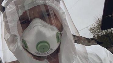 Aleksander Biesiada, lekarz rodzinny i hospicyjny, podczas porady domowej, pandemia 2020.
