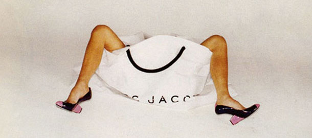 Logo z klasą: niesamowity Marc Jacobs, styl, moda męska, logo z klasą, Wystające z wielkiej torby Jacobsa nogi Victorii Beckham pobudzały wyobraźnię.