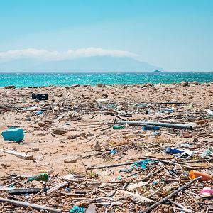 Śmieci na plaży nad Morzem Śródziemnym.