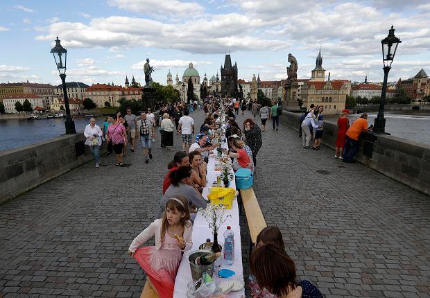 Czechy. Wspólny obiad na Moście Karola, 30 czerwca 2020.