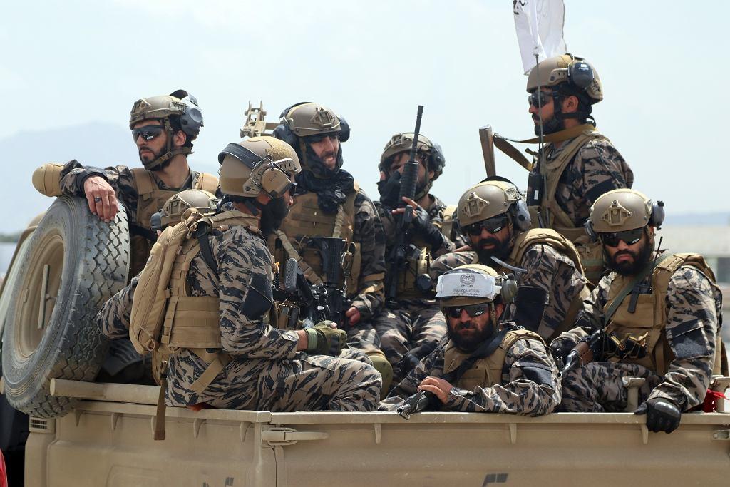 Członkowie 'sił specjalnych' talibanu. Ubrani w zdobyczne oporządzenie, na pozór upodabniające ich do żołnierzy zachodnich wojsk specjalnych