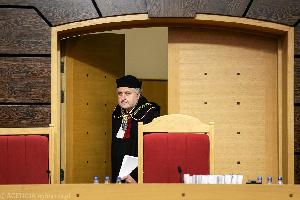 Sam PiS uznał za niekonstytucyjne własną nowelizację ustawy o Trybunale. Wcześniej Trybunał zaczął sądzić ustawę o sobie. Sprawa przybiera coraz ciekawszy obrót. Na zdjęciu sędzia Andrzej Rzeplinski podczas jednego z orzeczeń TK