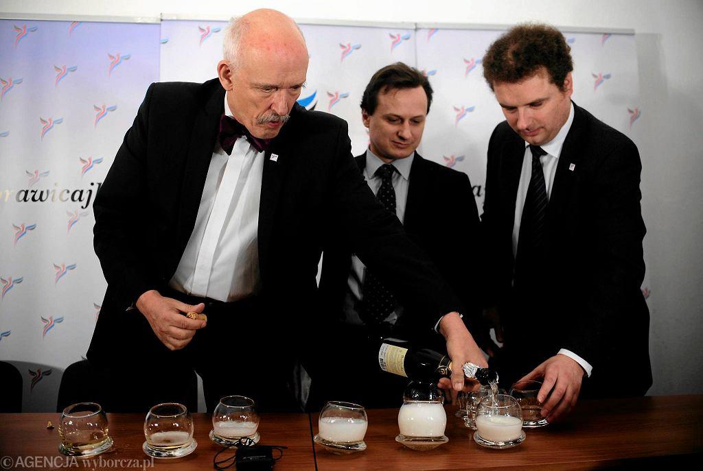 Janusz Korwin Mikke, Tomasz Sommer oraz Jacek Wilk podczas uroczystego szampana z okazji najszybszej rejestracji kandydatów do Parlamentu Europejskiego