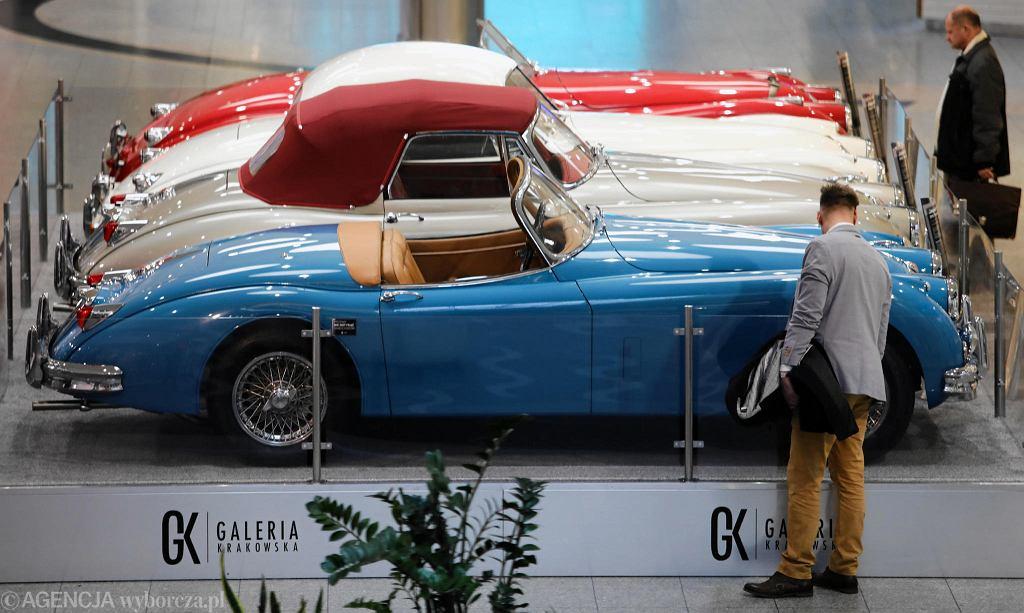 Od 7 do 23 marca w Galerii Krakowskiej można oglądać 20 modeli kultowej marki samochodów - Jaguar. Na odwiedzających czekają motoryzacyjne legendy: począwszy od pierwszych limuzyn z lat 30., 40. i 50. przez sportowe serie XK oraz E-type, aż po współczesne wersje. To jedyna tego typu wystawa w historii Jaguara w Polsce.