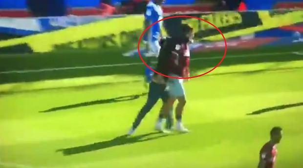 Skandal na boisku w Anglii. Kibic wbiegł na murawę i uderzył pięścią piłkarza