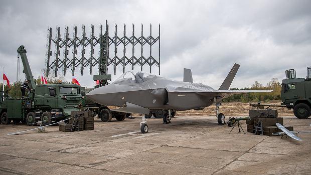 Makieta F-35 wśród różnych typów sprzętu, jaki chce kupić MON do 2035 roku