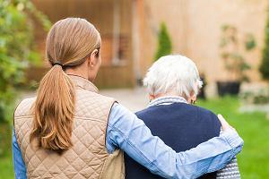 Jak legalnie zatrudnić cudzoziemca do opieki nad starszą osobą