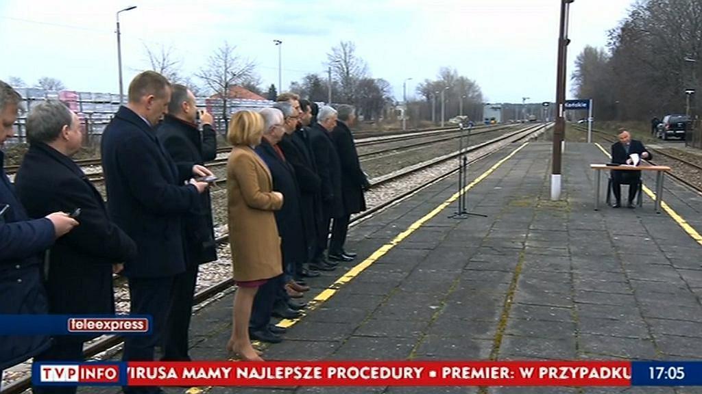Andrzej Duda podpisał tzw. Ustawę Kolej Plus na peronie w Końskich