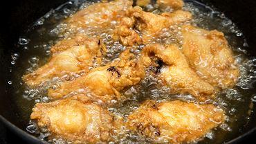 Smażony kurczak nie zawsze wychodzi chrupiący? Wystarczy dodatek mąki kukurydzianej. Wyjaśniamy, dlaczego