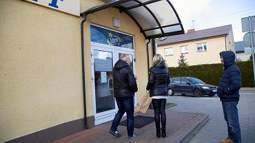Koronawirus. Kolejka przed sklepem po wprowadzeniu stanu zagrożenia epidemicznego. W środku może być tylko kilka osób
