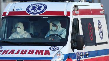 Koronawirus w Polsce - ratownicy medyczni w strojach ochronnych w karetce.