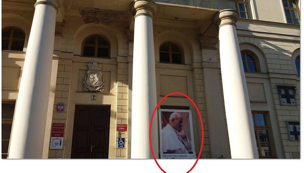 Zdjęcie Karola Wojtyły na budynku lubelskiego ratusza