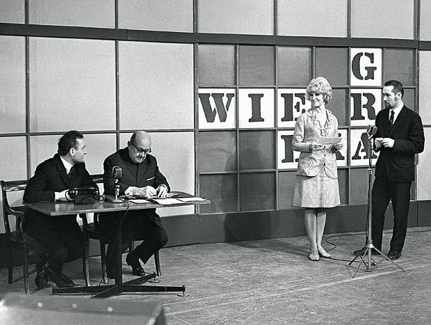 Joanna Rostocka była w latach 1969-73 jedną z największych gwiazd telewizji. Pierwszy prowadzący (1962-69) i pomysłodawca 'Wielkiej gry' Ryszard Serafinowicz stworzył w TVP dział, który przygotowywał teleturnieje.
