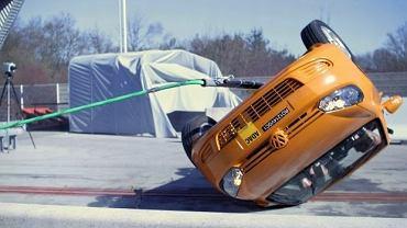 VW Golf Cabriolet podczas testu dachowania