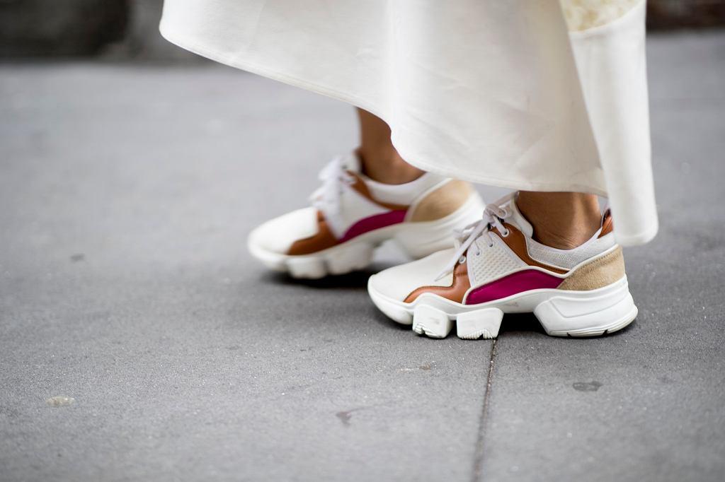 Jak nosić sneakersy do sukienek?
