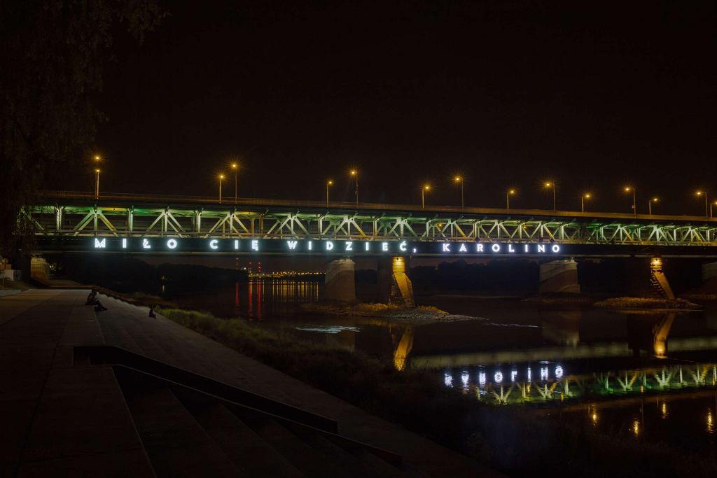 Miło Cię widzieć, Karolino. Neon na Moście Gdańskim / Materiały prasowe