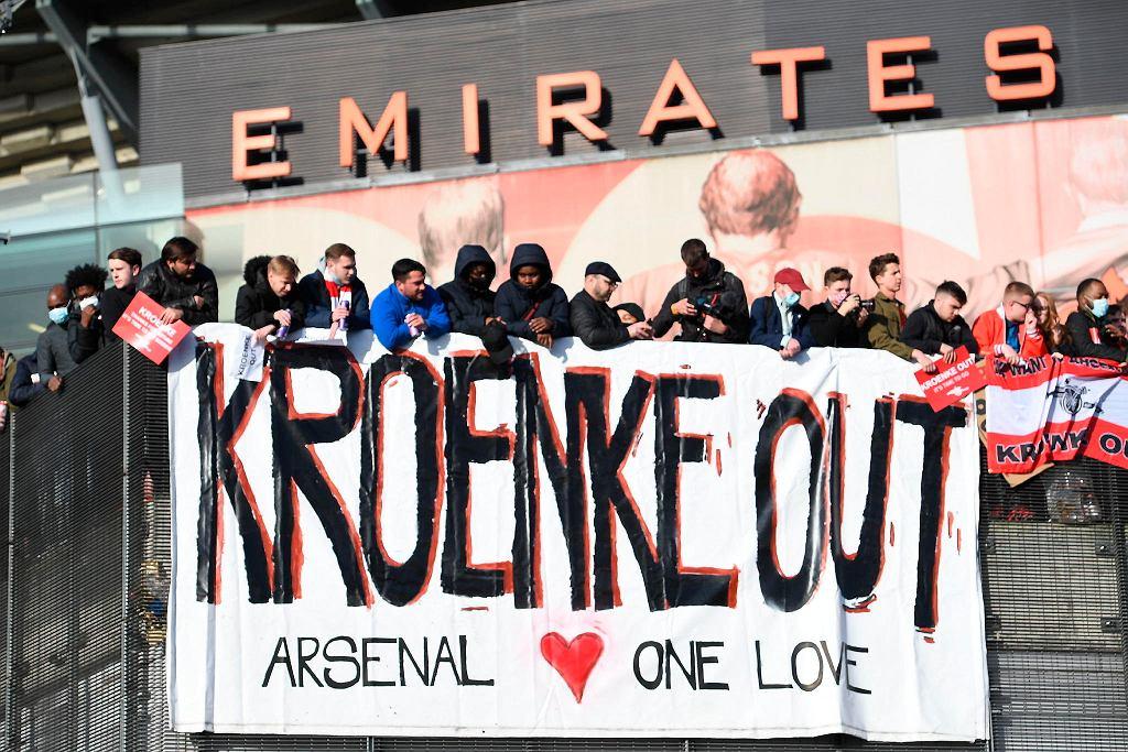 Protestujący kibice Arsenalu każą wynieść się amerykańskiemu właścicielowi klubu, Stanowi Kroenke