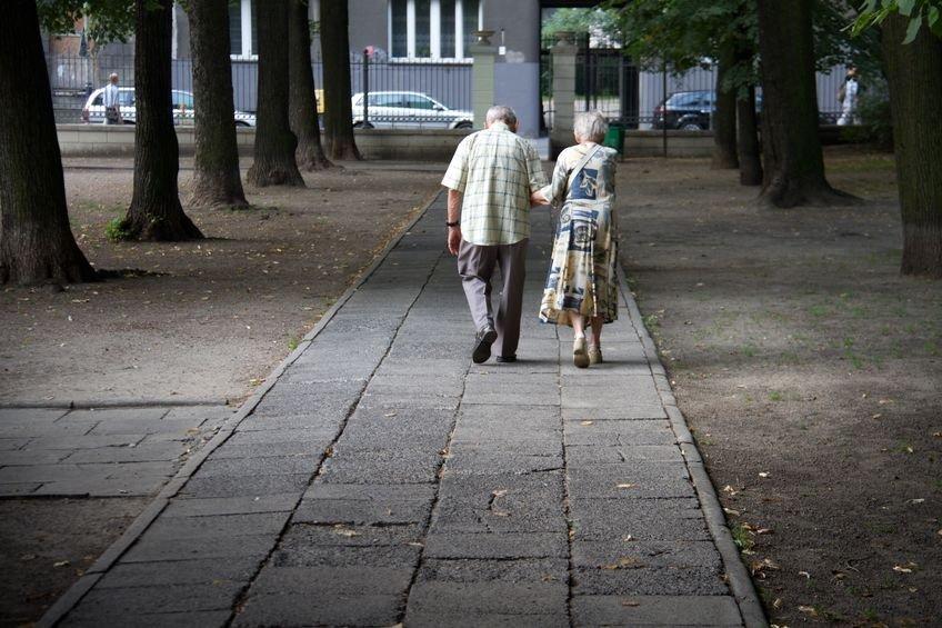 Obecnie 65-latek za 50-metrowe mieszkanie warte 400 tys. zł może dostać 677 zł miesięcznie, zaś kobieta w tym samym wieku - 529 zł