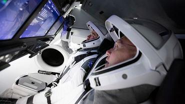 Pierwsza załoga Crew Dragon podczas treningu we wnętrzu statku. Przed nimi nowinka w lotach kosmicznych - duże ekrany dotykowe
