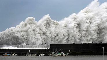 Fale tajfunu Jebi, który uderzył w Japonii na początku września