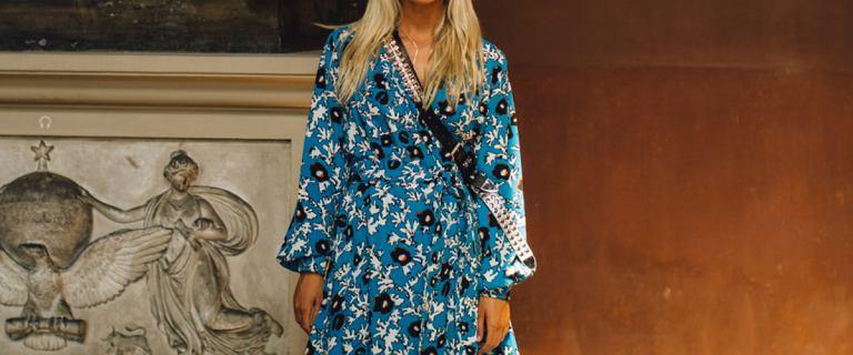 Ten rodzaj sukienki eksponuje biust i optycznie wyszczupla ramiona. Pokochały go kobiety w każdym wieku