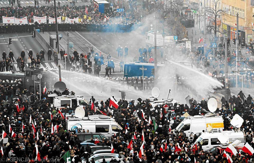 Warszawa, 11 listopada 2011 r. Policja oddziela Marsz Niepodległości narodowców od manifestacji liberalnej Kolorowej Niepodległej
