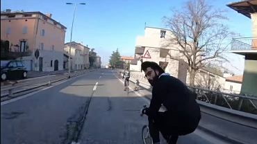 Ksiądz mknie na rowerze |