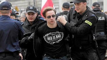Krzysztof Bosak został zatrzymany przez policję podczas sobotniej manifestacji na pl. Zbawiciela przeciwko odbudowie tęczy