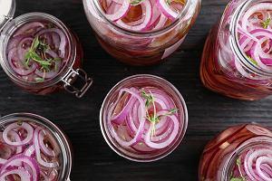 Idealna nie tylko na przyjęcia w ogródku. Jak zrobić ekspresową marynowaną cebulę? Podpowiadamy