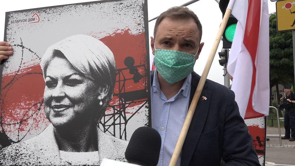 Prezes Fundacji 'Białoruski Dom' Aliaksandr Zarembiuk podczas protestu pod ambasadą Białorusi w Warszawie