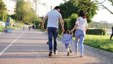 Spacer z dzieckiem po chodniku może skutkować otrzymaniem mandatu w wysokości 5 tys. złotych