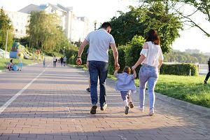 Mandat za spacer z dzieckiem po chodniku? Według prawa może wynieść nawet pięć tysięcy złotych