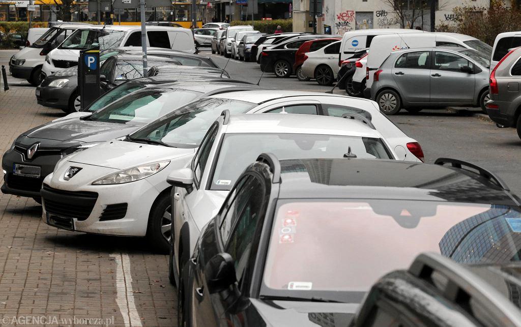Chaos parkingowy na ul. Śliskiej między ul. Emilii Plater a al. Jana Pawła II