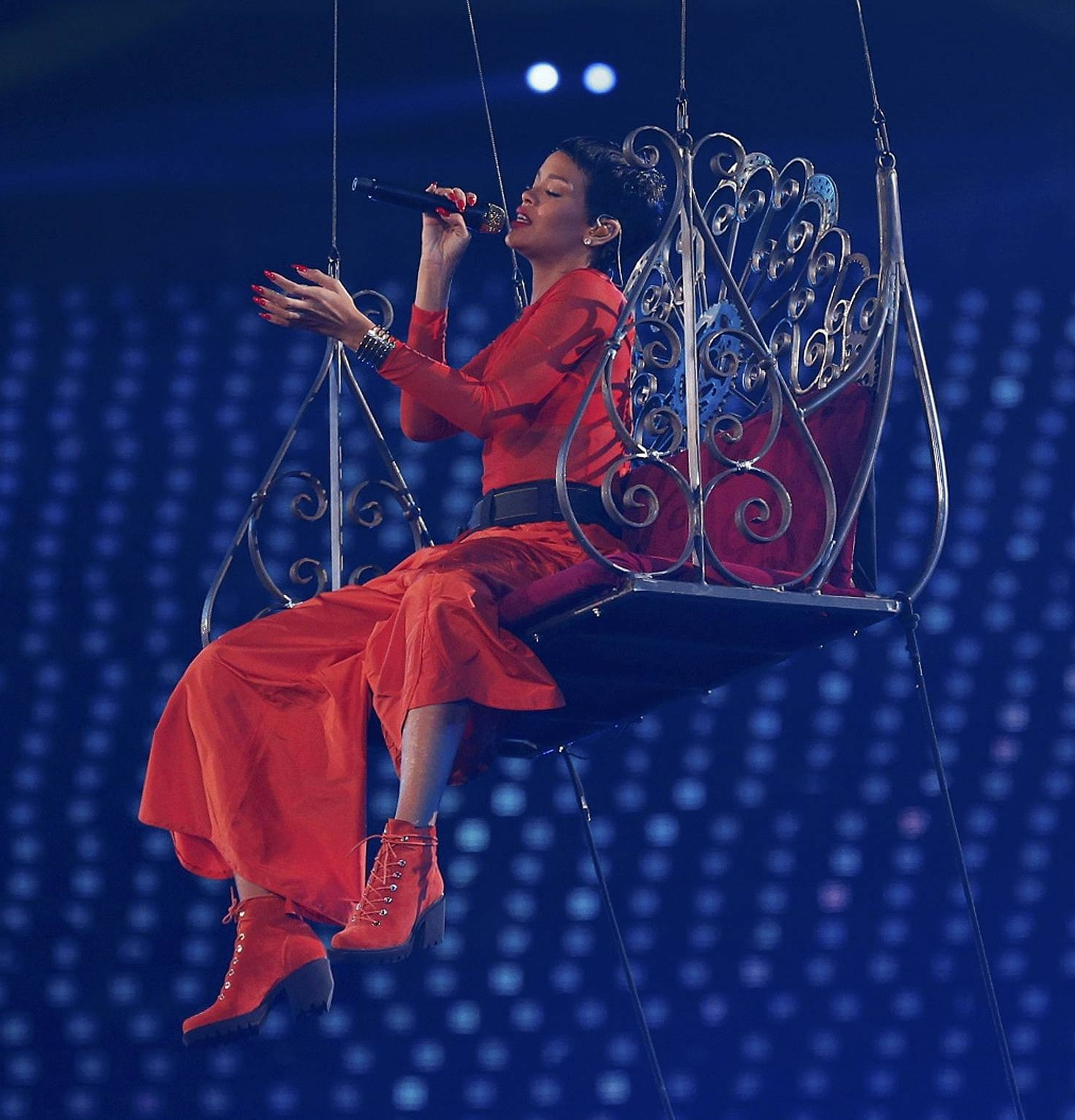 Singer Rihanna performs in the Olympic Stadium during the closing ceremony of the London 2012 Paralympic Games September 9, 2012.       REUTERS/Suzanne Plunkett (BRITAIN  - Tags: OLYMPICS SPORT ENTERTAINMENT)