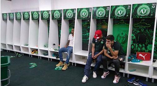 To zdjęcie obiegło cały świat. To trzech piłkarzy Chapecoense, którzy nie polecieli do Kolumbii i uniknęli tragicznego wypadku...