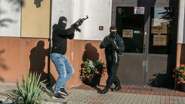 Pozorowany atak terrorystyczny na szkołę w Pasłęku, organizowany w porozumieniu z Komendą Wojewódzką Policji w Olsztynie