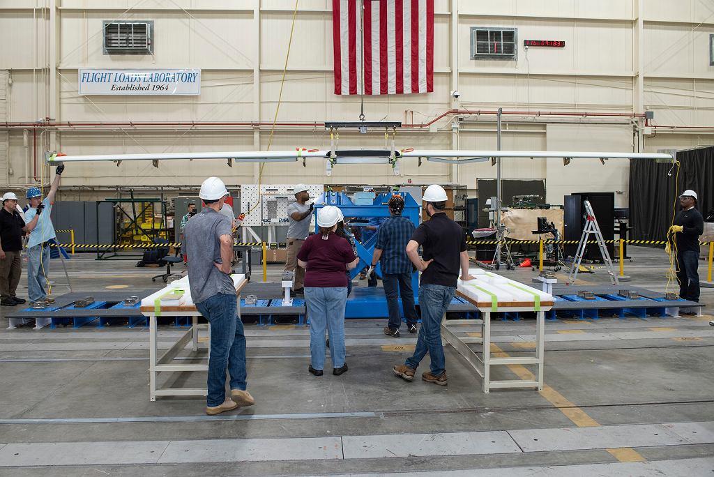 Inżynierowie NASA przygotowują skrzydło samolotu X-57 w wersji 3 do testów