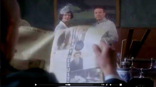 Kadr filmowy z BeatąTyszkiewicz (fałszywa hrabina) i Leonardem Pietraszakiem (Kramer) oraz rozłożonym numerem