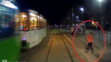 Szczecin. O włos od tragedii. Motorniczy udostępnił film ku przestrodze. 'Dziecko, które szło ku śmierci'