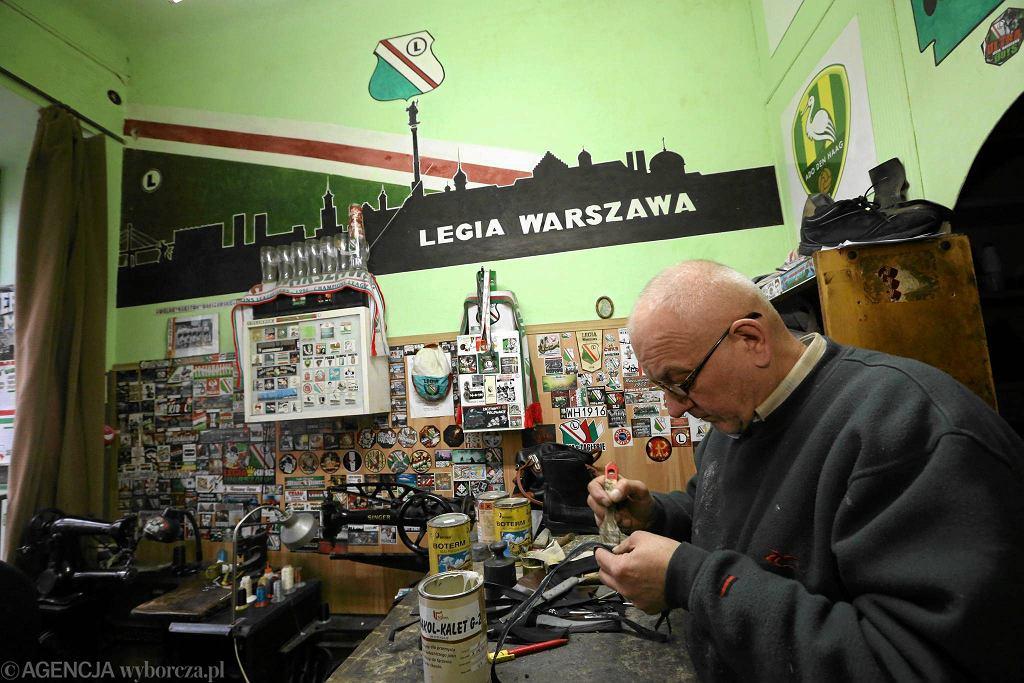 Wnętrze zakładu szewskiego Ryszarda Wieteski na ulicy Inżynierskiej na Pradze